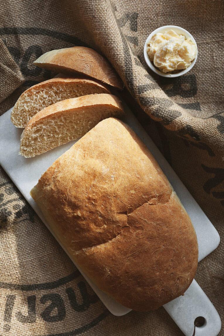Klassiskt vitt bröd som limpa