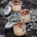 Dulce de leche-pannacotta med karamelliserade pecannötter