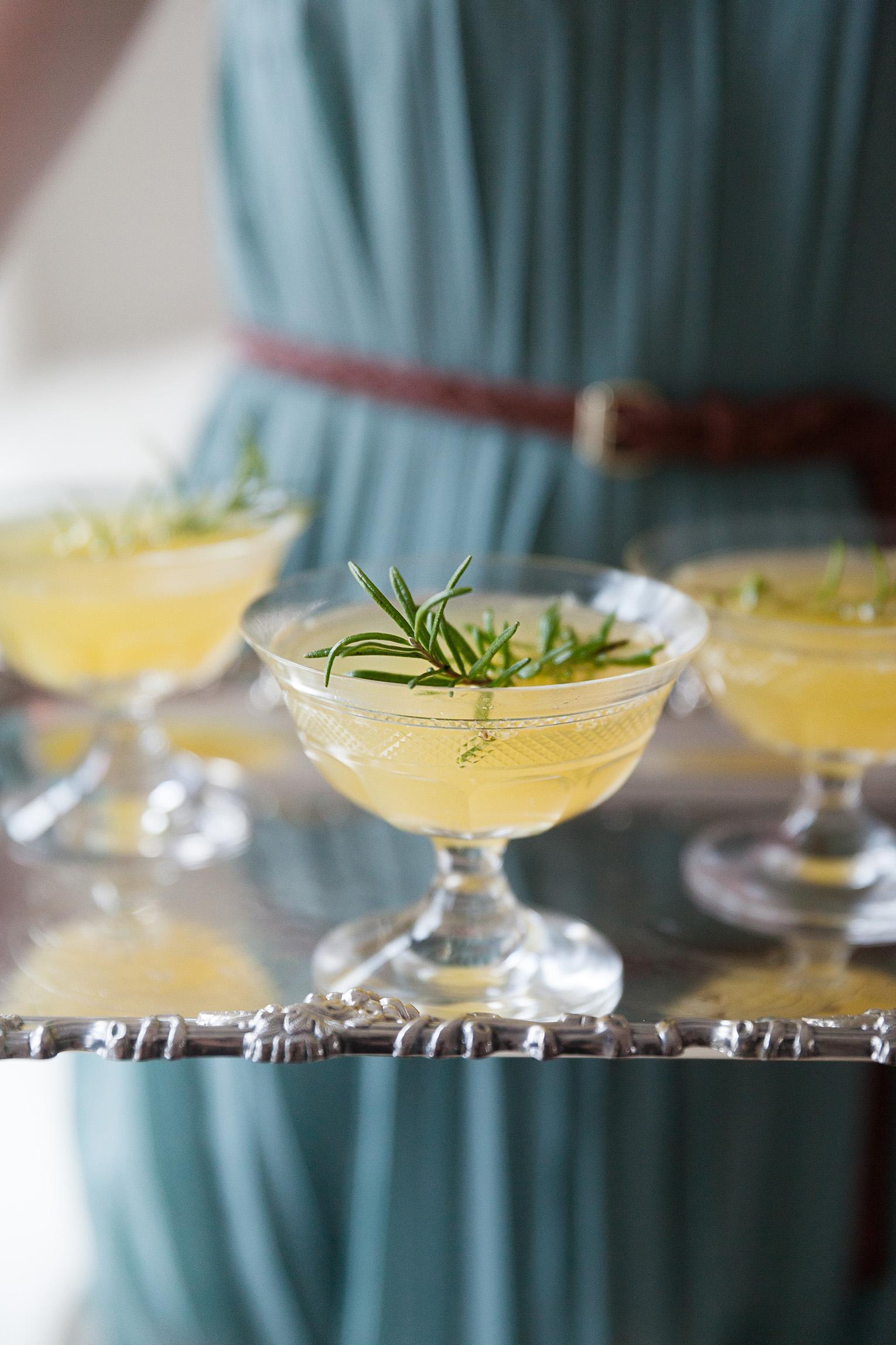 drinkar med rosmarinkvist på silverbricka