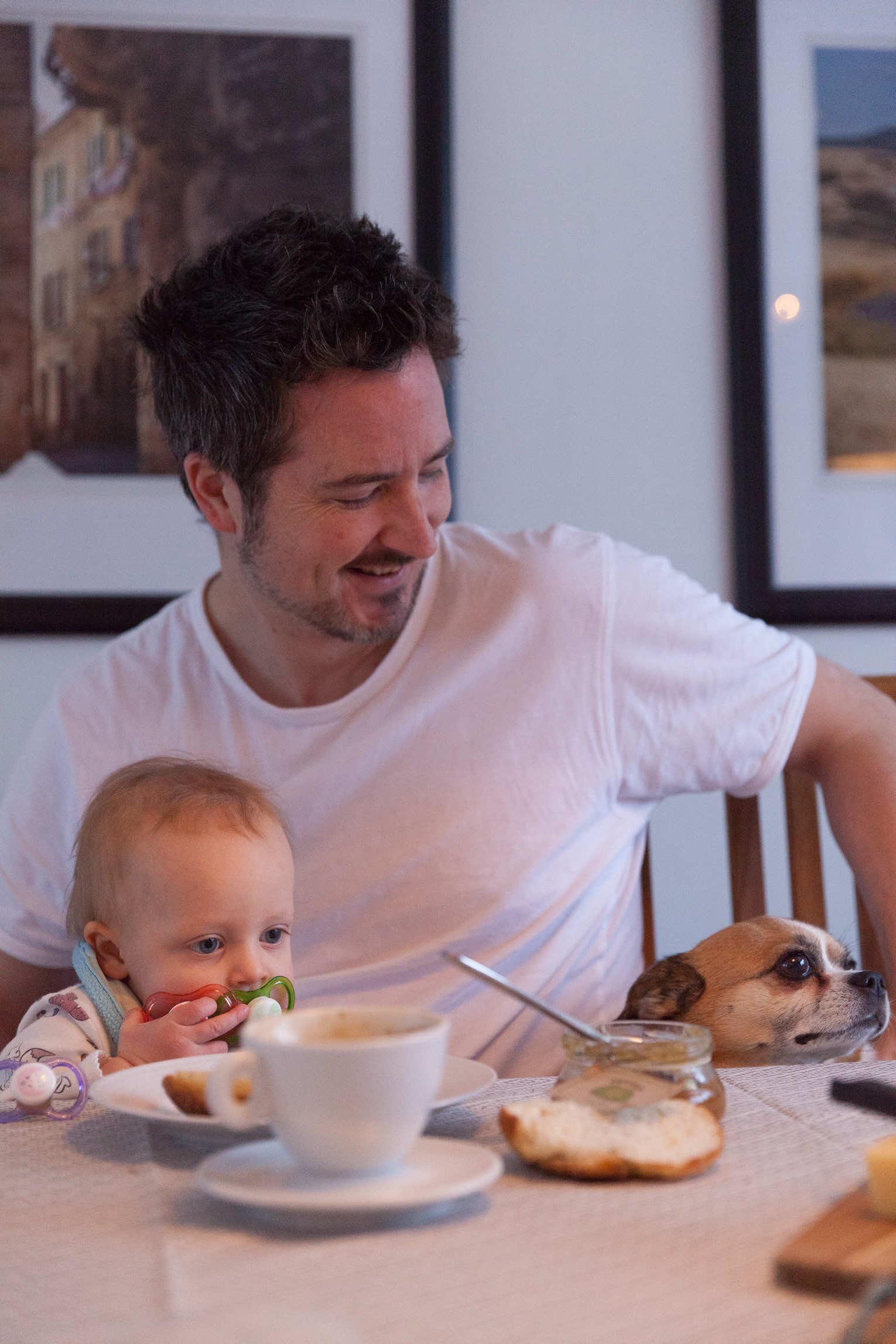 Familjefrukost med barn och hund