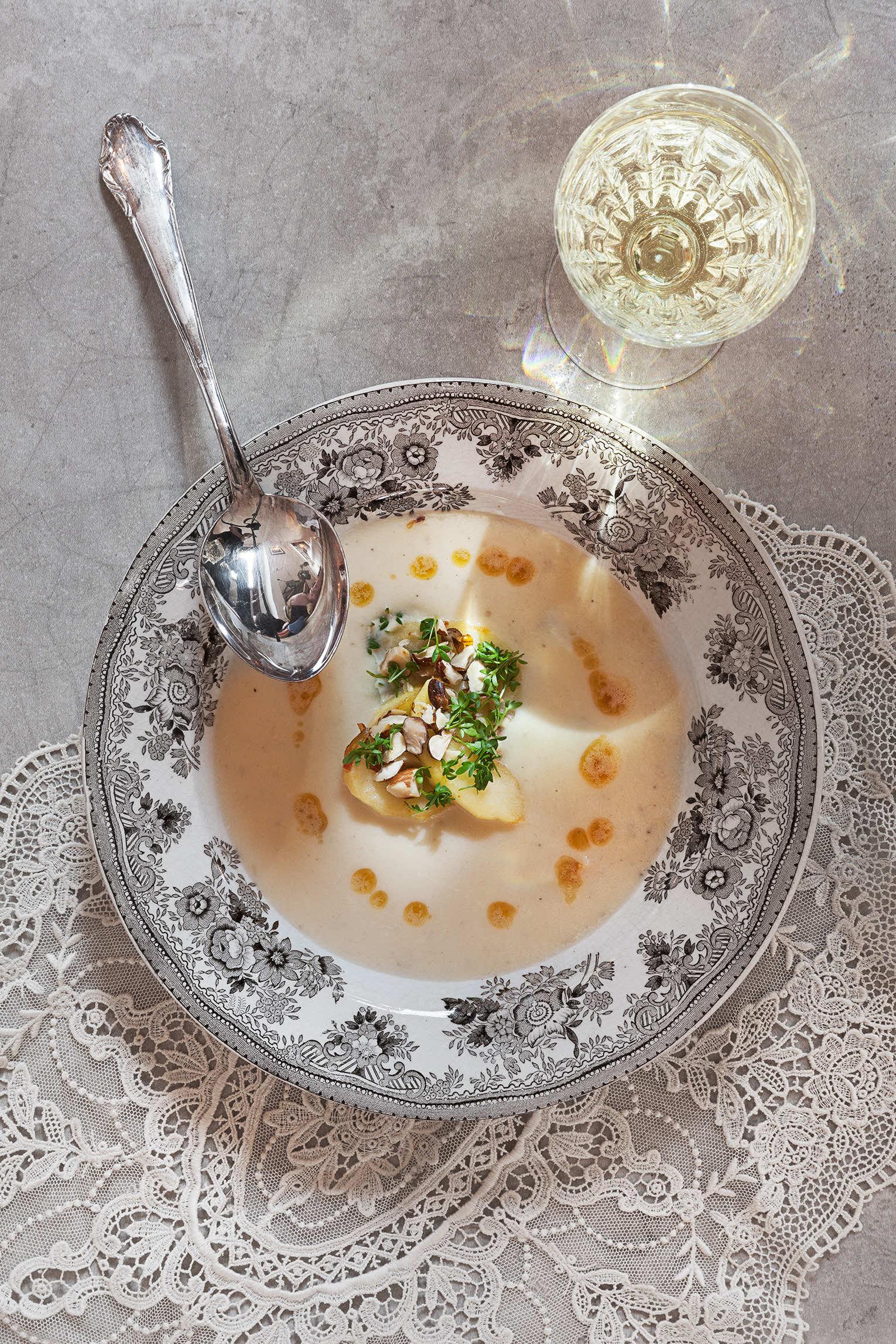Jordärtskockssoppa stekta äppelklyftor brynt smör