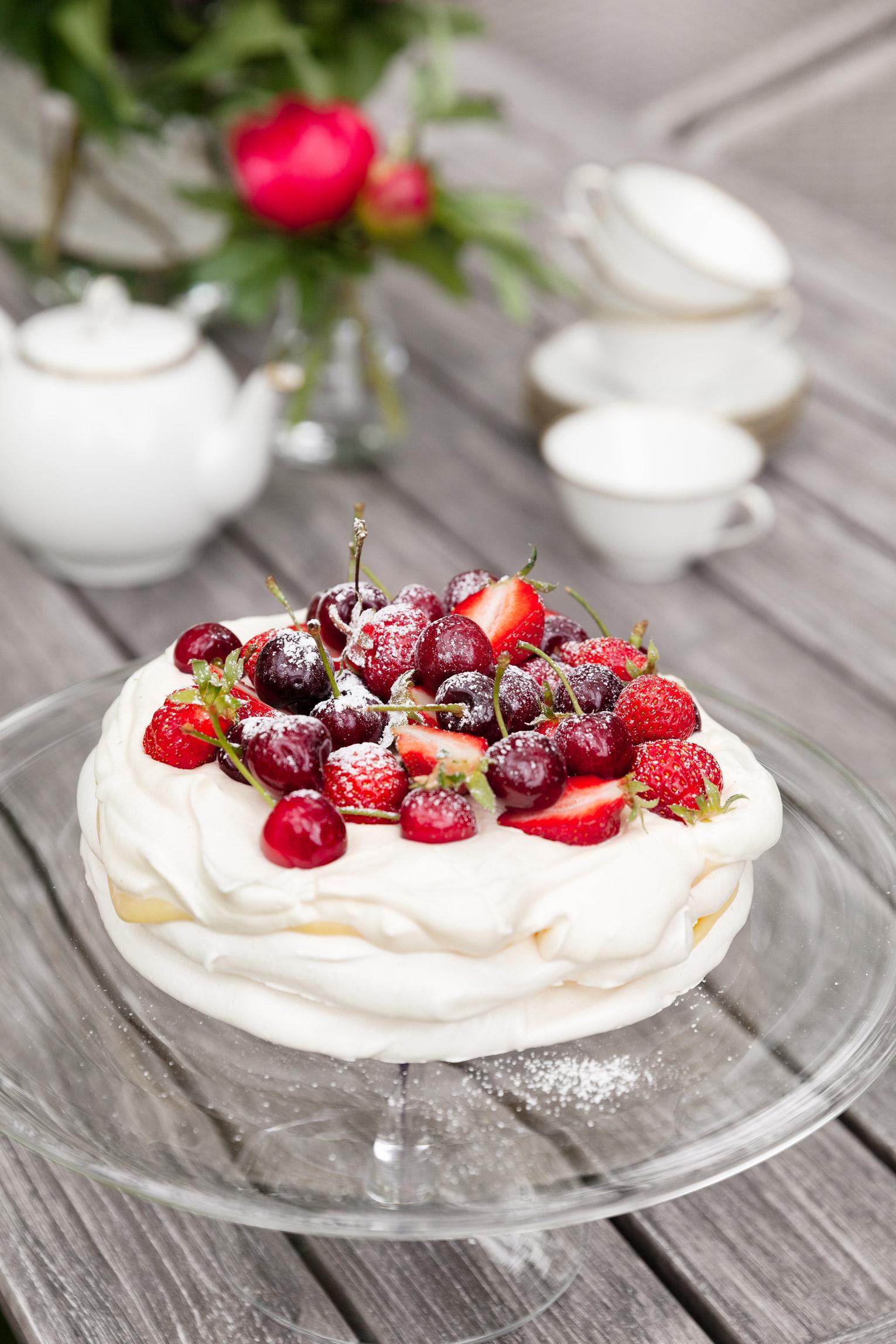 Pavlovatårta med röda bär