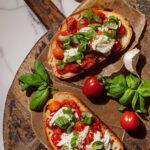 Bruschetta med tomat och burrata